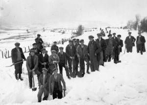 Gweithwyr yn clirio eira ger Coedwig Clawddnewydd, tua 1936/37