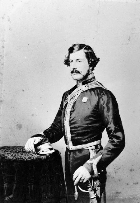 Y Capten Thomas Everard Hutton o'r 4ydd Dragŵn Ysgafn (Y Frenhines).